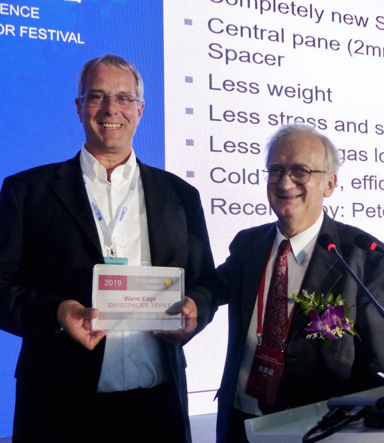 Il distanziatore SWISSPACER Triple riceve in Cina un riconoscimento conferito dal Passivhaus Institut