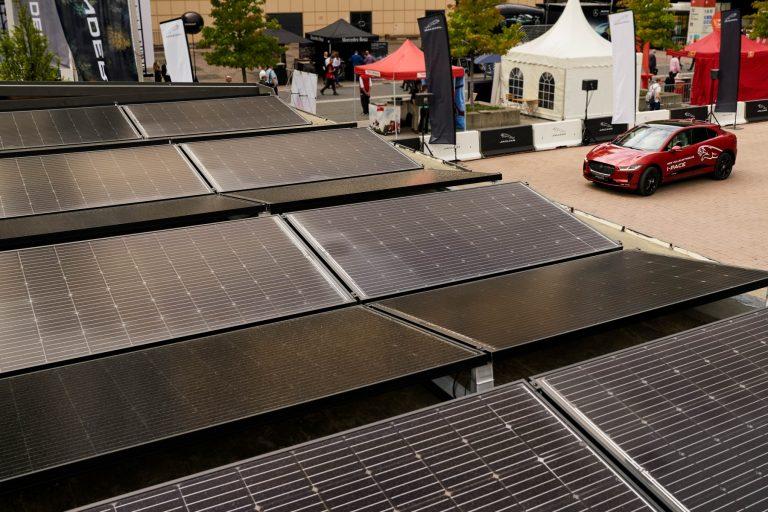 Energia verde per l'auto elettrica  di Jaguar realizzata da Solarwatt