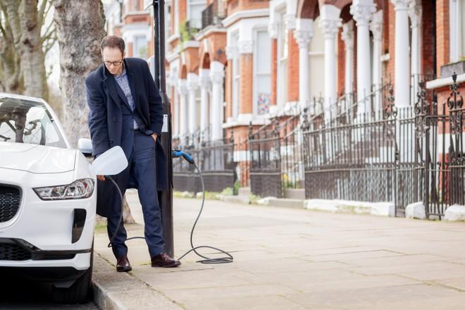 Londra, lampioni della luce per ricaricare le auto elettriche
