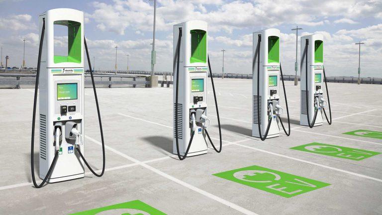 Electrify America, la stazione mobile per la ricarica è alimentata dal solare