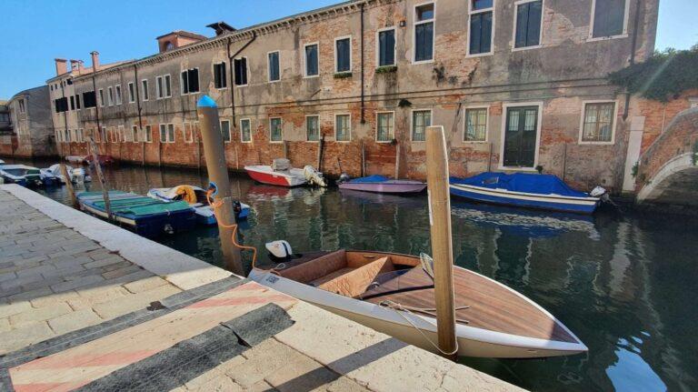 """A Venezia la """"palina-ormeggio"""" diventa elettrica per ricaricare le barche a impatto zero"""