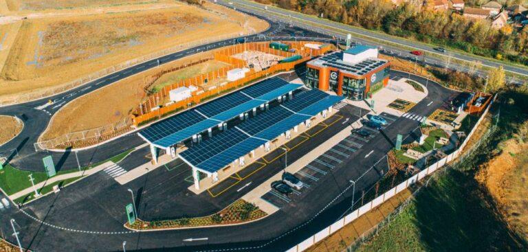 Regno Unito, aperta la prima stazione di servizio per veicoli elettrici