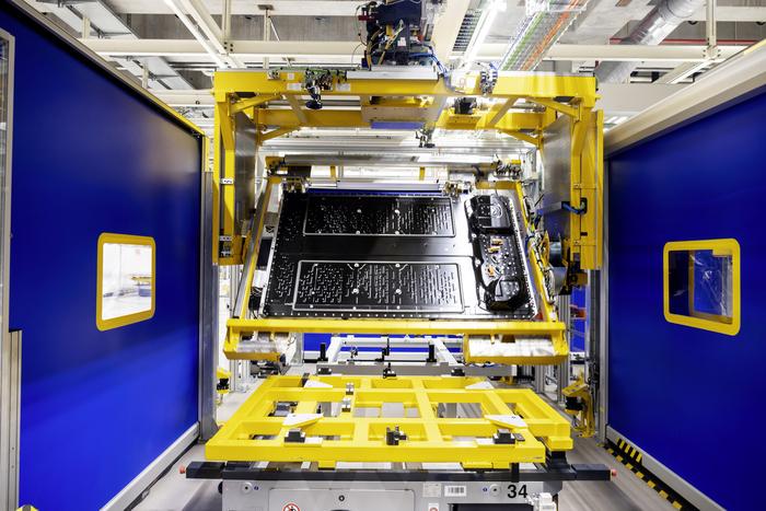 Mercedes, via a produzione sistema di batterie per la full electric EQS