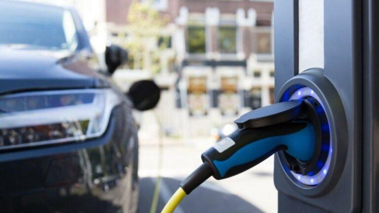 Auto elettrica, in Olanda nasce sinergia tra pannelli solari e stazioni di ricarica bidirezionali